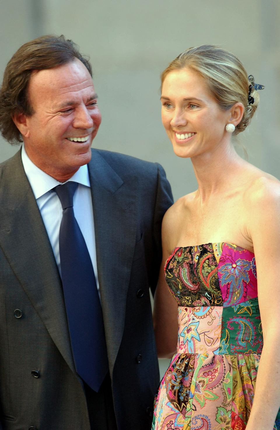 EL ESCORIAL, SPAIN - SEPTEMBER 5:  Spanish singer Julio Iglesias and his wife Miranda arrive at the Chapel of the Monastery of El Escorial for the wedding of Ana Aznar, daughter of Spanish Prime Minister Jose Maria Aznar, to  Alejandro Agag September 05, 2002 in El Escorial, Spain.  (Photo by Carlos Alvarez/Getty Images)