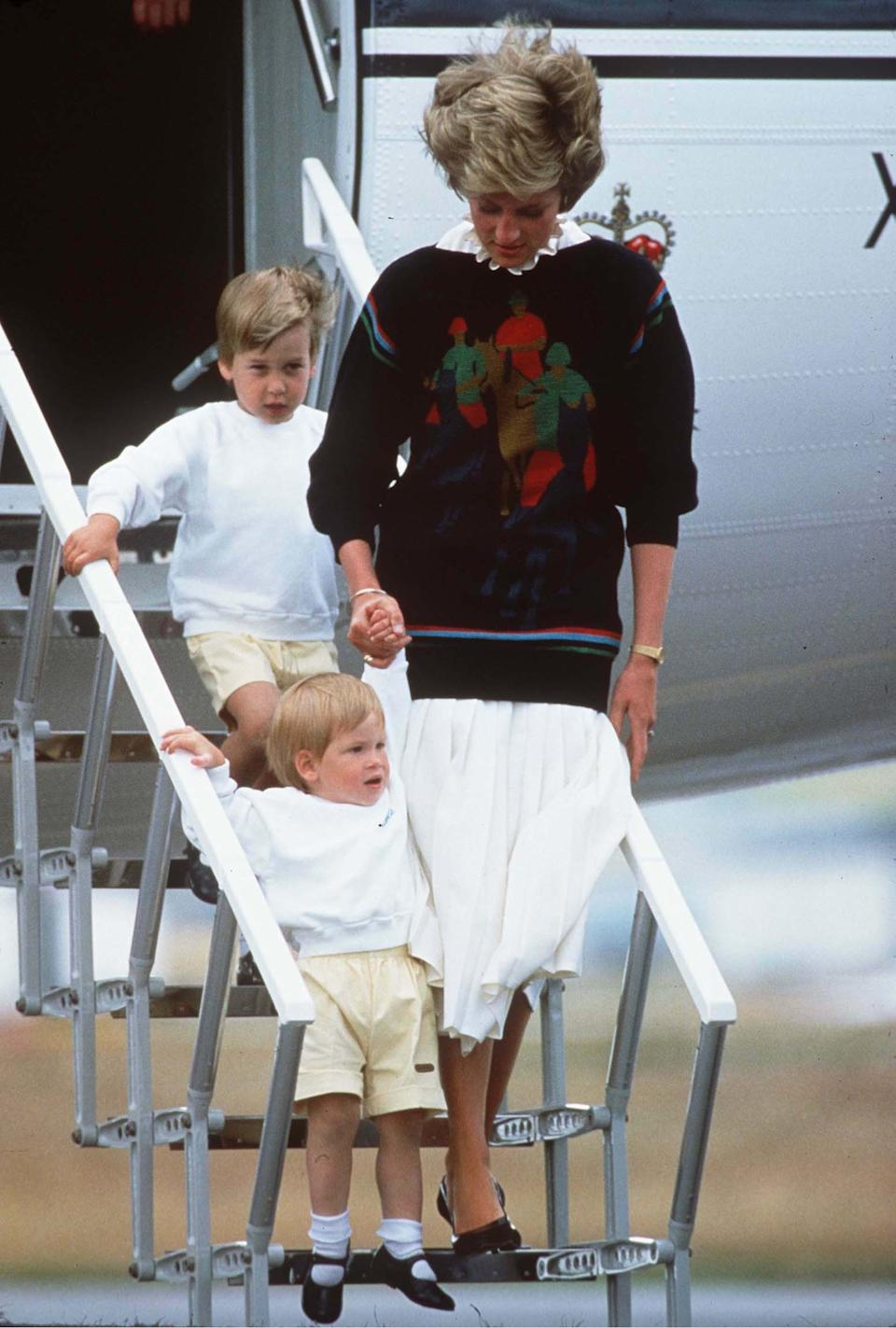 The Princess of Wales with her young sons Prince William and Harry arriving at Aberdeen airport for their holiday in Scotland in August 1986.  Photo.  Anwar Hussein