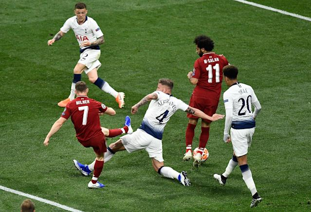 Liverpool's English midfielder James Milner kicks the ball past Tottenham Hotspur's Belgian defender Toby Alderweireld. (Photo by OSCAR DEL POZO / AFP)