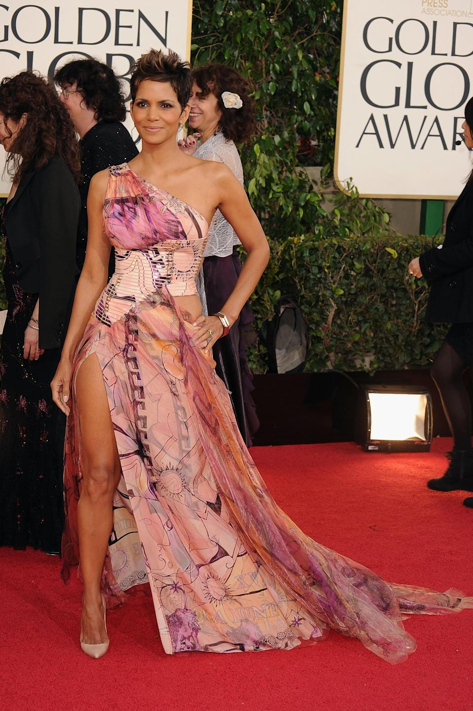 <p>Halle wore Versace to the 2013 Golden Globe Awards.</p>