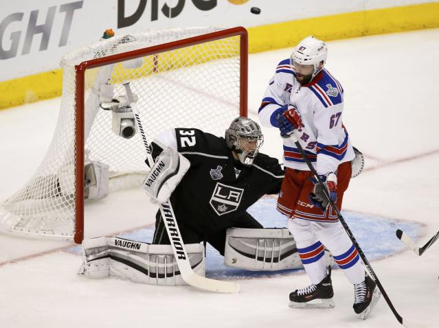 Los Angeles Kings goalie Jonathan Quick makes a save as New York Rangers' Benoit Pouliot attempts to screen him during the second period in Game 1 of their NHL Stanley Cup Finals hockey series in Los Angeles, California, June 4, 2014. REUTERS/Lucy Nicholson (UNITED STATES - Tags: SPORT ICE HOCKEY)