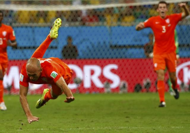 Arjen Robben of the Netherlands is fouled during their 2014 World Cup quarter-finals against Costa Rica at the Fonte Nova arena in Salvador July 5, 2014. REUTERS/Michael Dalder (BRAZIL - Tags: SOCCER SPORT WORLD CUP)
