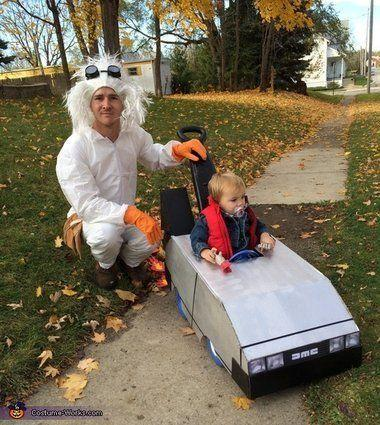 "Vía <a href=""http://www.costume-works.com/costumes_for_families/back-to-the-future.html"" target=""_blank"">Costume-Works.com</a>"
