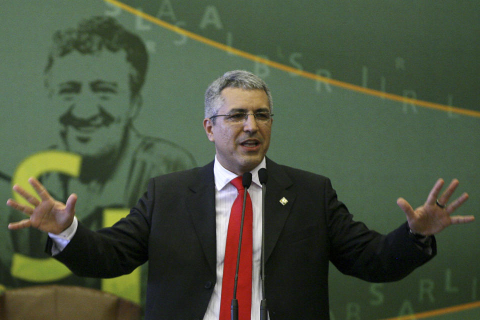 Brazil's Institutional Relations Minister Alexandre Padilha talks during his inauguration ceremony at the Itamaraty Palace in Brasilia September 28, 2009.   REUTERS/Roberto Jayme (BRAZIL POLITICS)