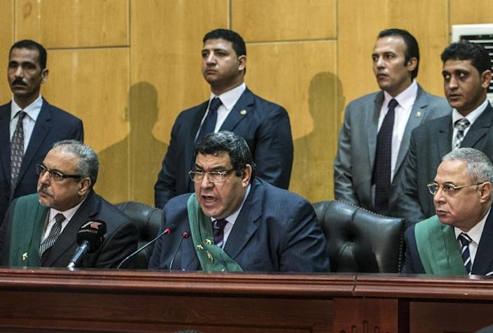 Egyptian judge Shabaan el-Shamy (centre) reads out the verdict sentencing deposed Islamist president Mohamed Morsi and more than 100 other defendants to death in Cairo on May 16, 2015 (AFP Photo/Khaled Desouki)