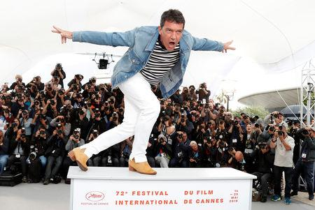 """72nd Cannes Film Festival - Photocall for the film """"Pain and Glory"""" (Dolor y Gloria) in competition - Cannes, France, May 18, 2019. Cast member Antonio Banderas poses. REUTERS/Eric Gaillard"""
