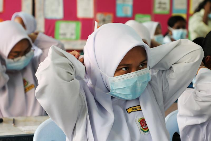 Students cover their faces with masks at a school in Puchong as haze shrouds Kuala Lumpur September 12, 2019. — Reuters pic