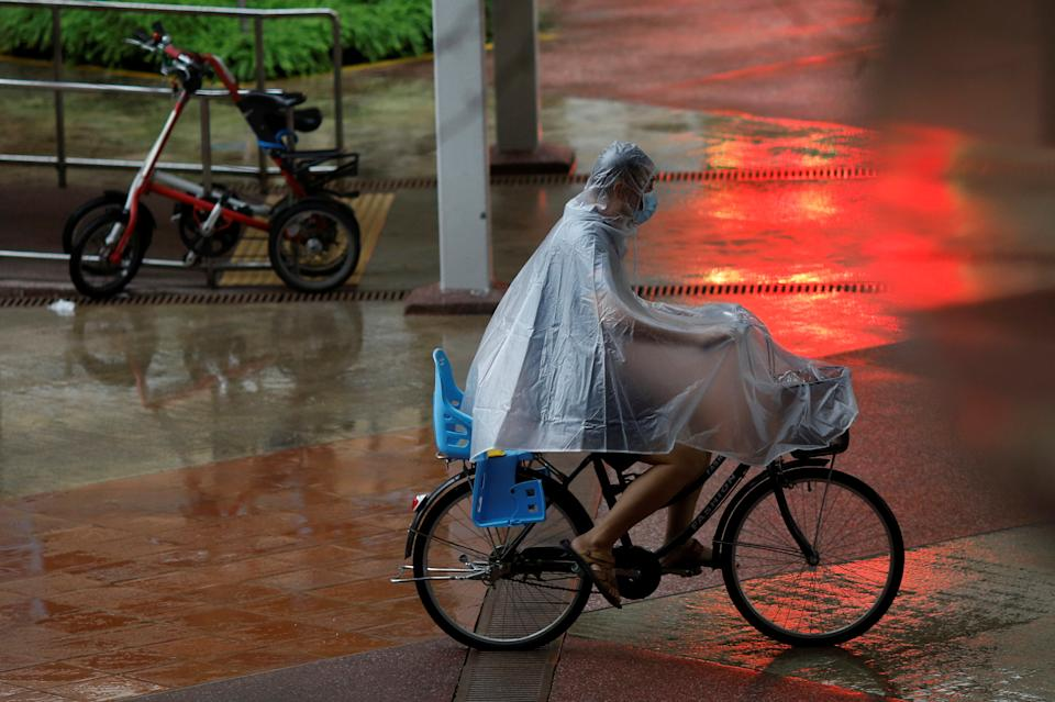 A man wearing a protective face mask rides past in a bicycle at a housing estate amid the coronavirus disease (COVID-19) outbreak in Singapore June 1, 2020.  REUTERS/Edgar Su
