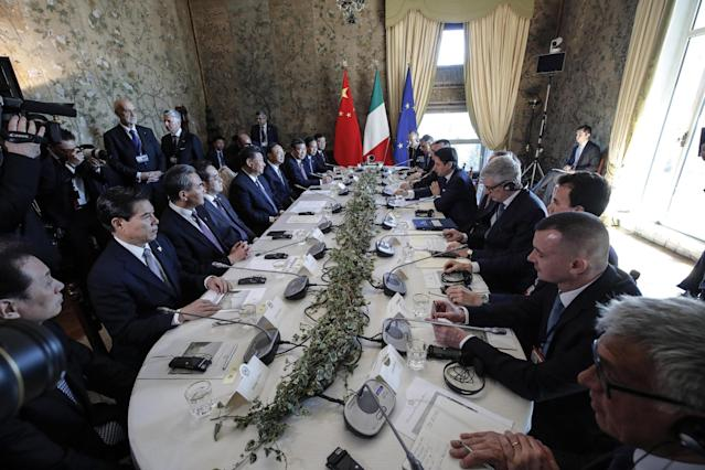 Rome (Italy), 23/03/2019.- Italian premier Giuseppe Conte (R) with Chinese President Xi Jinping during at a round table during their meeting at the Villa Madama in Rome, Italy, 23 March 2019. President Xi Jinping is in Italy to sign a memorandum of understanding to make Italy the first Group of Seven leading democracies to join China's ambitious Belt and Road infrastructure project. ANSA/GIUSEPPE LAMI (Italia, Roma) EFE/EPA/GIUSEPPE LAMI