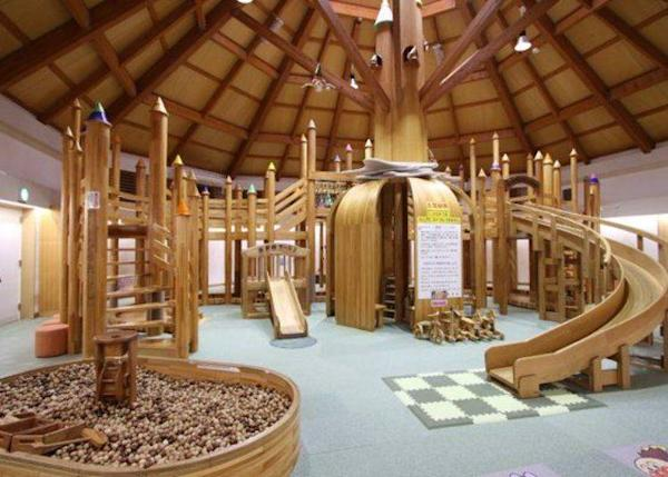 Kamurin World has a playground of various wooden structures, including a Palace of Trees, a Wooden Sandpit, and a Wooden Fishing Pond. Admission is ¥210 for children and ¥270 for adults (tax included)