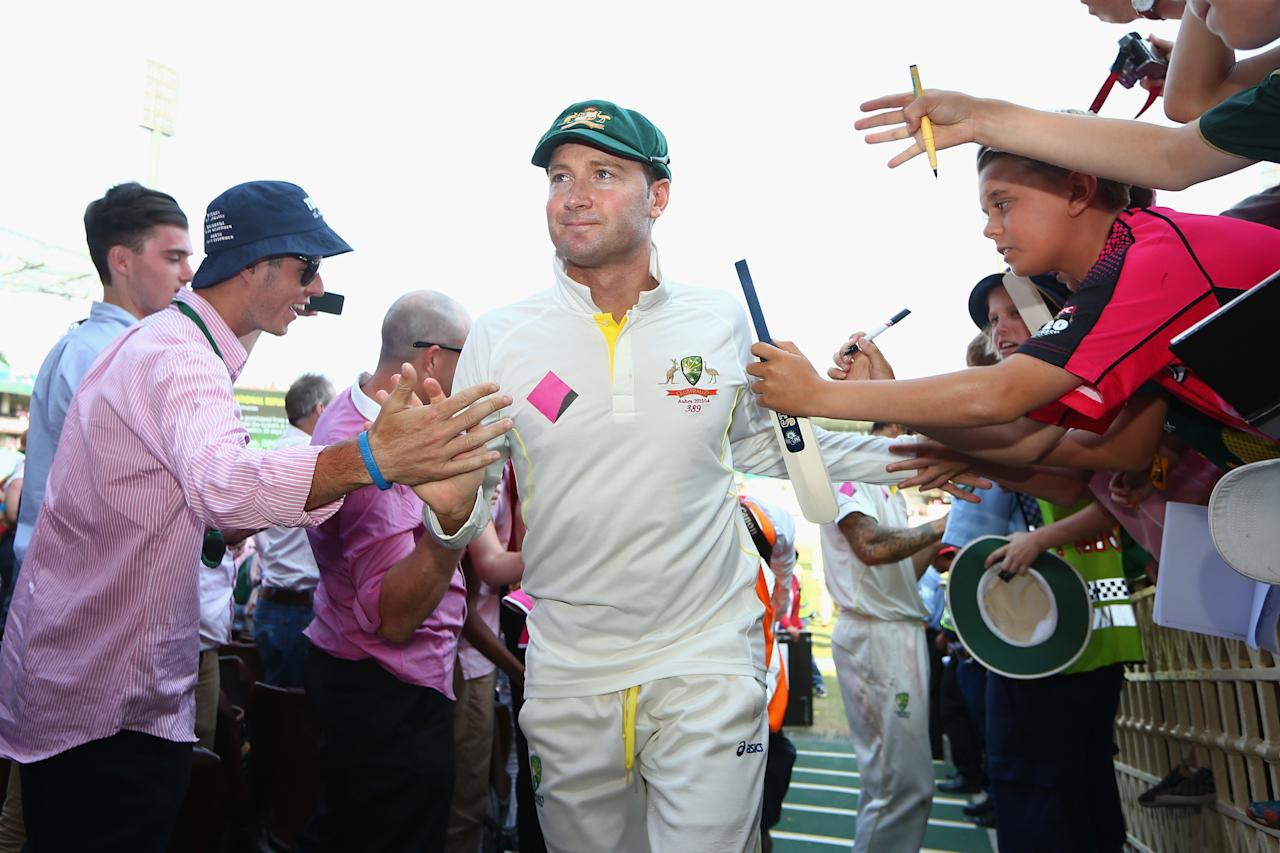 SYDNEY, AUSTRALIA - JANUARY 05: Australian captain Michael Clarke is applauded as he leaves the field after winning the Ashes series 5-0 during day three of the Fifth Ashes Test match between Australia and England at Sydney Cricket Ground on January 5, 2014 in Sydney, Australia.  (Photo by Cameron Spencer/Getty Images)