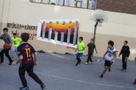 <p>A group of young people plays basketball against the background of a painting of support for detained pro-independence prisoners in Barcelona, Spain, Dec. 21, 2017. (Photograph by Jose Colon / MeMo for Yahoo News) </p>