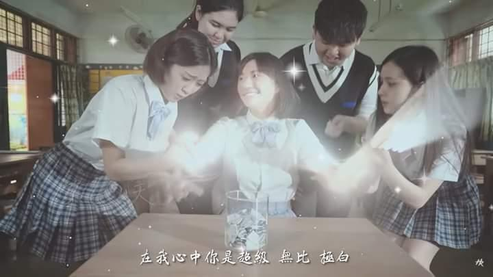 Classmates crowding around a sparkling Teng Qiu Wen. Photo: Choo Hao Ren/YouTube
