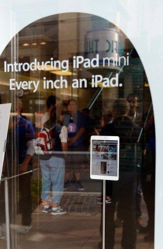 Customers shop at an Apple Store in Los Angeles, California, on November 2. It was reported that lines at Apple stores nationwide were short as the new iPad mini and 4th generation iPad went on sale
