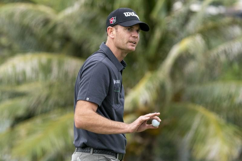 Steele grabs march on field with birdies at final three holes