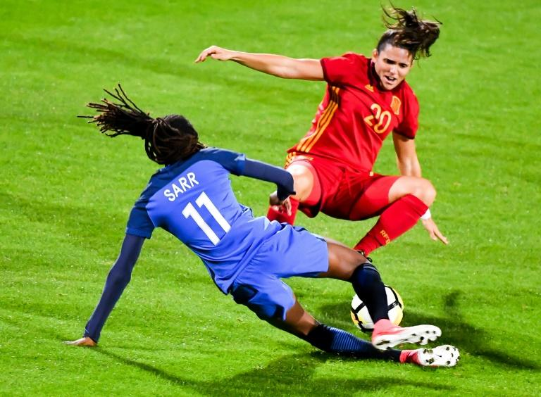 Fance's midefielder Ouleymata Sarr (L) vies with Spain's midefielder Andrea Pereira during a friendly game football match between France and Spain at the Epopée Stadium in Calais, northern France (AFP Photo/PHILIPPE HUGUEN)