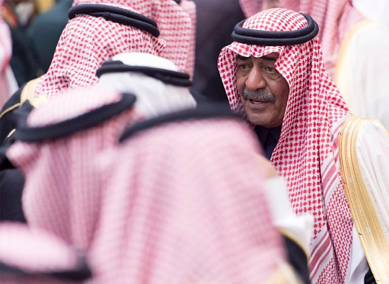 Saudi Arabia's dismissed Crown Prince, Moqren bin Abdulaziz al-Saud (R), pictured during a ceremony at a royal palace in Riyadh's Al-Deera neighbourhood, on January 23, 2015 (AFP Photo/-)