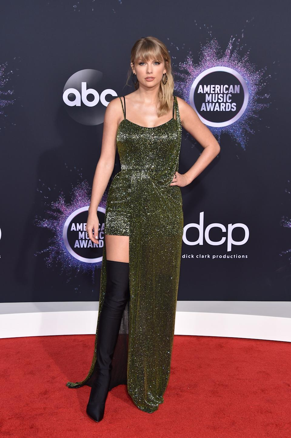 """<h1 class=""""title"""">Taylor Swift in Julien Macdonald, Casadei shoes, and Lorraine Schwartz jewelry</h1><cite class=""""credit"""">Photo: Getty Images</cite>"""