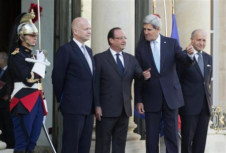 French President Francois Hollande (C), U.S. Secretary of State John Kerry (2ndR), British Foreign Secretary William Hague (2ndL) and French Foreign Minister Laurent Fabius (R) pose upon their arrival at the Elysee Palace prior to a meeting on Syria conflict in Paris September 16, 2013. REUTERS/Michel Euler/Pool