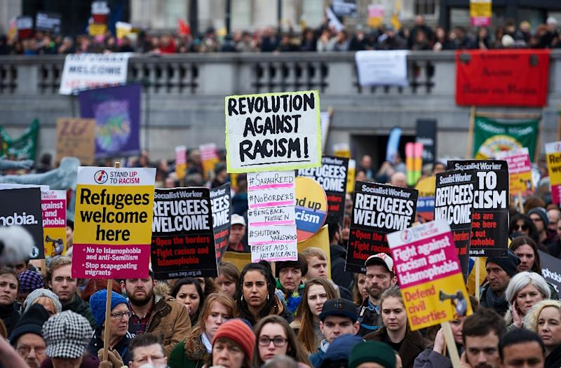 Demonstrators hold banners in support of refugees as they march through central London on March 19, 2016 (AFP Photo/Niklas Halle'N)