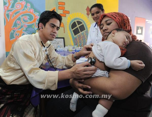 (Left) - Dr. Mohamad Nawar Ariffin. Image Credit: Kosmo