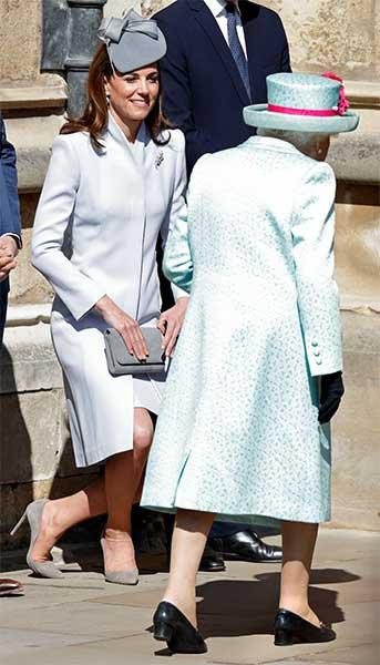kate-queen-curtsy-easter
