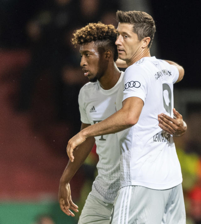 Munich's Robert Lewandowski, right, celebrates with team mate Kingsley Coman, left, after he scores the opening goal during the German soccer cup, DFB Pokal, first Round match between FC Energie Cottbus and FC Bayern Munich in Cottbus, Germany, Monday, Aug. 12, 2019. Foto: Robert Michael/dpa via AP)