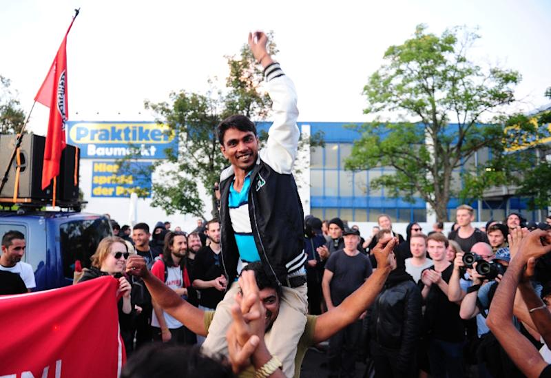 Refugees celebrate with leftist sympathizers at a shelter for asylum seekers on August 29, 2015 in Heidenau, eastern Germany (AFP Photo/Robert Michael)