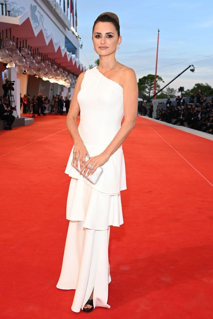 <p>Crus wore a one-shouldered Chanel gown to the red carpet of the movie 'Competencia Oficial'.</p>