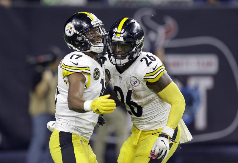 Pittsburgh Steelers running back Le'Veon Bell (26) celebrates with JuJu Smith-Schuster (19) after scoring a touchdown. (AP)