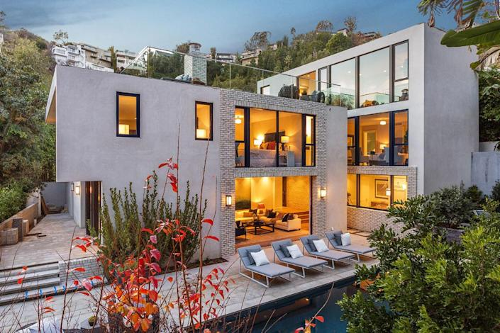 "<p><a href=""http://yhoo.it/1VcCryI"" rel=""nofollow noopener"" target=""_blank"" data-ylk=""slk:CLICK HERE: Adora-Couple Emily Blunt and John Krasinski List 'Sexy' Home at $8M (57 photos)"" class=""link rapid-noclick-resp"">CLICK HERE: Adora-Couple Emily Blunt and John Krasinski List 'Sexy' Home at $8M (57 photos)</a></p>"