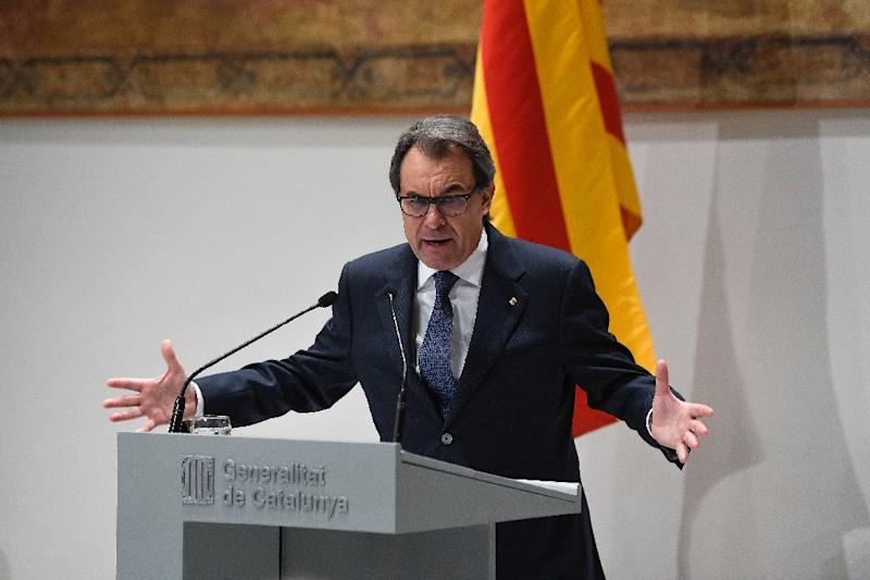 Catalan regional caretaker president Artur Mas speaks during a press conference in Barcelona on January 9, 2016 (AFP Photo/Josep Lago)