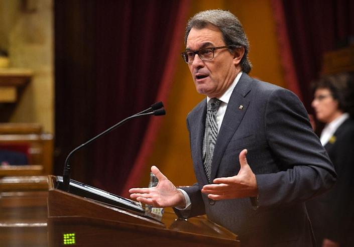 Catalonia's regional government Incumbent President Artur Mas speaks during an investiture debate for the Catalan Government's presidency, at the Parliament of Catalonia in Barcelona on November 12, 2015 (AFP Photo/Lluis Gene)