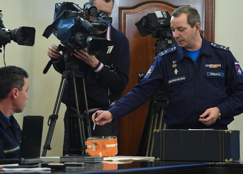 A Russian official points to the flight recorder from the Sukhoi Su-24 bomber that was shot down by a Turkish warplane on November 24 (AFP Photo/Vasily Maximov)