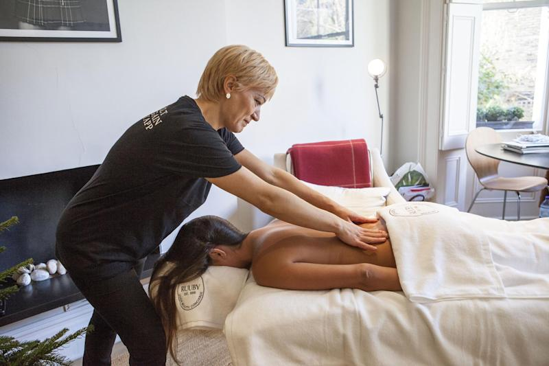Ruuby therapist gives an at home massage