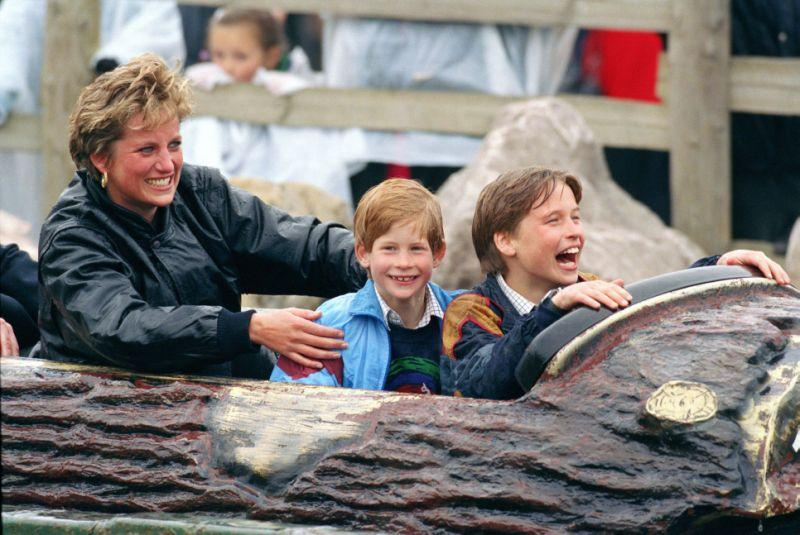 Diana 1993 mit Prinz William und Prinz Harry im Thorpe Park in Surrey. (Foto von Julian Parker/UK Press)