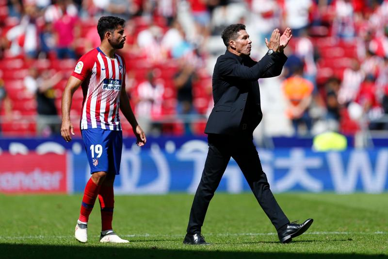 Atletico Madrid's Argentinian coach Diego Simeone (R) applauds next to Atletico Madrid's Spanish forward Diego Costa during the Spanish league football match between Club Atletico de Madrid and Eibar at the Wanda Metropolitan stadium in Madrid on September 15, 2018. (Photo by Benjamin CREMEL / AFP) (Photo credit should read BENJAMIN CREMEL/AFP via Getty Images)