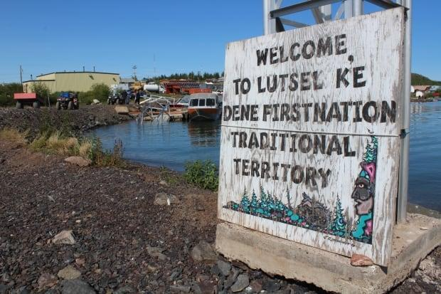 A sign in Łutselk'e, N.W.T., welcoming visitors to the traditional territory of the Łutselk'e Dene First Nation. (Gabriela Panza-Beltrandi/CBC - image credit)
