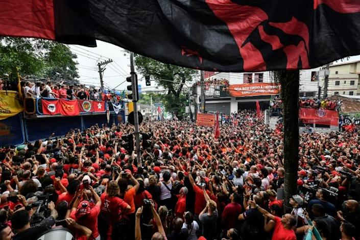 Supporters listen to Lula's address at a rally on November 9, 2019 (AFP Photo/NELSON ALMEIDA)