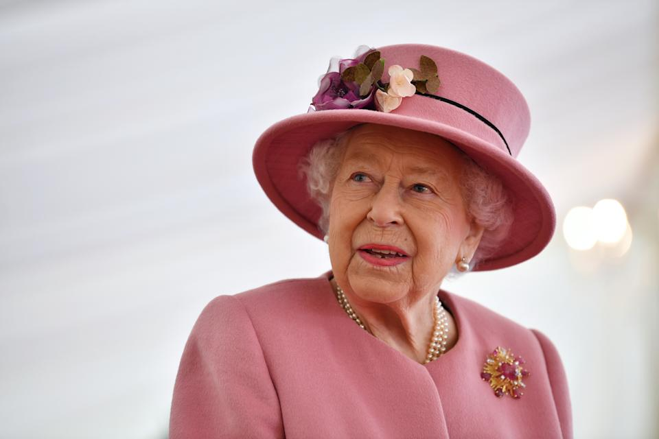 SALISBURY, ENGLAND - OCTOBER 15: Britain's Queen Elizabeth II speaks with staff during a visit to the Defence Science and Technology Laboratory (Dstl) at Porton Down science park on October 15, 2020 near Salisbury, England. The Queen and the Duke of Cambridge visited the Defence Science and Technology Laboratory (Dstl) where they were to view displays of weaponry and tactics used in counter intelligence, a demonstration of a Forensic Explosives Investigation and meet staff who were involved in the Salisbury Novichok incident. Her Majesty and His Royal Highness also formally opened the new Energetics Analysis Centre. (Photo by Ben Stansall - WPA Pool/Getty Images)