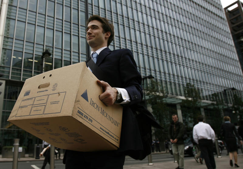 A worker carries a box out of the U.S. investment bank Lehman Brothers offices in the Canary Wharf district of London September 15, 2008. REUTERS/Andrew Winning (BRITAIN) - GM1E49F1UDB01