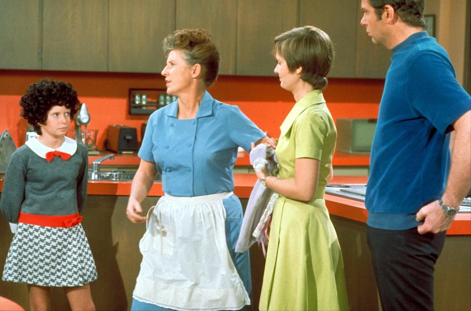 Jan Brady, played by Eve Plumb, and late actors Ann B. Davis, Florence Henderson, and Robert Reed stand in the Brady's kitchen. (Photo: ABC Photo Archives/ABC via Getty Images)