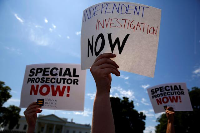 <p>Protesters gather to rally against U.S. President Donald Trump's firing of Federal Bureau of Investigation (FBI) Director James Comey, outside the White House in Washington, U.S. May 10, 2017. (Jonathan Ernst/Reuters) </p>