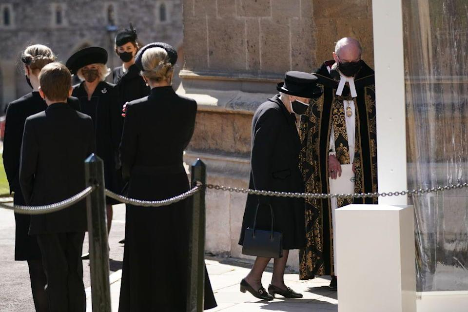 <p>The queen makes her entrance to the chapel. </p>