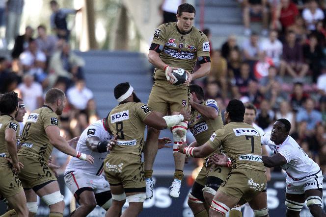 Oyonnax's lock Thibault Lassalle (C) grabs the ball during the French Top 14 rugby union match between Toulouse and Oyonnax on August 16, 2014 at the Ernest Wallon Stadium in Toulouse, southern France (AFP Photo/Raymond Roig )