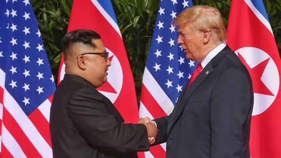 """<p>While the world's eyes watch Donald Trump and Kim Jong-Un meet in Singapore, journalists have seemingly been treated rather well while covering the event. </p> <p>But caution has been advised over one tiny freebie.</p> <p>Not only have the 3,000 journalists been <a href=""""https://www.japantimes.co.jp/news/2018/06/11/asia-pacific/politics-diplomacy-asia-pacific/singapore-lays-huge-banquet-journalists-covering-trump-kim-summit/#.Wx87hFOFNTY"""" rel=""""nofollow noopener"""" target=""""_blank"""" data-ylk=""""slk:well-fed during the summit"""" class=""""link rapid-noclick-resp"""">well-fed during the summit</a>, they've also received a goody bag. Inside the bag there's a bottle of water, a handheld fan featuring Jong-Un's face, and a Sentosa guidebook. Pretty standard.</p> <div><p>SEE ALSO: <a href=""""https://mashable.com/2018/06/01/best-vpns-for-china/"""" rel=""""nofollow noopener"""" target=""""_blank"""" data-ylk=""""slk:6 VPNs that can help you break through China's 'Great Firewall'"""" class=""""link rapid-noclick-resp"""">6 VPNs that can help you break through China's 'Great Firewall'</a></p></div> <p>However, also enclosed was a blue, innocent-looking mini USB fan, a nod to Singapore's searing temperatures. Not so hot about it was the information security community. </p> <div><div><blockquote> <p>Media goody bag: Mini USB fan, hand-held fan with <a href=""""https://twitter.com/hashtag/TrumpKim?src=hash&ref_src=twsrc%5Etfw"""" rel=""""nofollow noopener"""" target=""""_blank"""" data-ylk=""""slk:#TrumpKim"""" class=""""link rapid-noclick-resp"""">#TrumpKim</a> on either side to blow around all the hot air.... and a fun guide to Sentosa. NB: that's not the delegations playing beach volleyball. <a href=""""https://t.co/fbdKVzr0Cn"""" rel=""""nofollow noopener"""" target=""""_blank"""" data-ylk=""""slk:pic.twitter.com/fbdKVzr0Cn"""" class=""""link rapid-noclick-resp"""">pic.twitter.com/fbdKVzr0Cn</a></p> <p>— Amanda Drury (@MandyCNBC) <a href=""""https://twitter.com/MandyCNBC/status/1005758148412444673?ref_src=twsrc%5Etfw"""" rel=""""nofollow noopener"""" target=""""_blank"""" data-ylk=""""slk:June"""