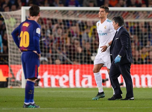 Real Madrid's forward Cristiano Ronaldo (L) walks with his team's doctor after an injury during a Spanish league football match against Barcelona (AFP Photo/Josep LAGO)