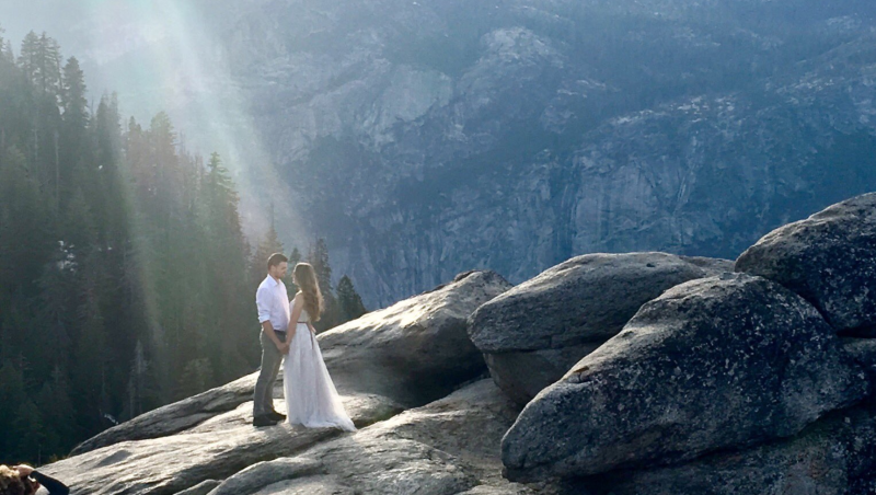 A Twitter user is hopeful that she can identify the couple who took their engagement photos in Yosemite National Park in May. (Photo: Twitter)