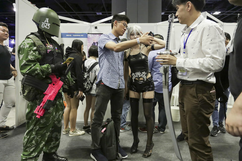 <p>South Korean cosplayer Aza Miyuko obliges a visitor at Asia Game Festival 2018 with a photo. (PHOTO: Don Wong) </p>