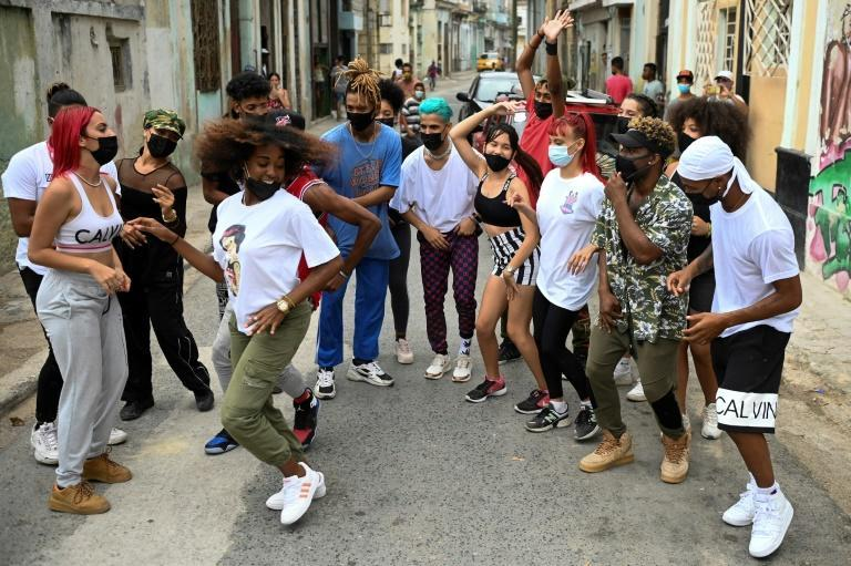 16-Member Cuban dance troupe Datway (a play on That Way) have taken to Facebook and Instagram to display their unique brand of hip hop moves
